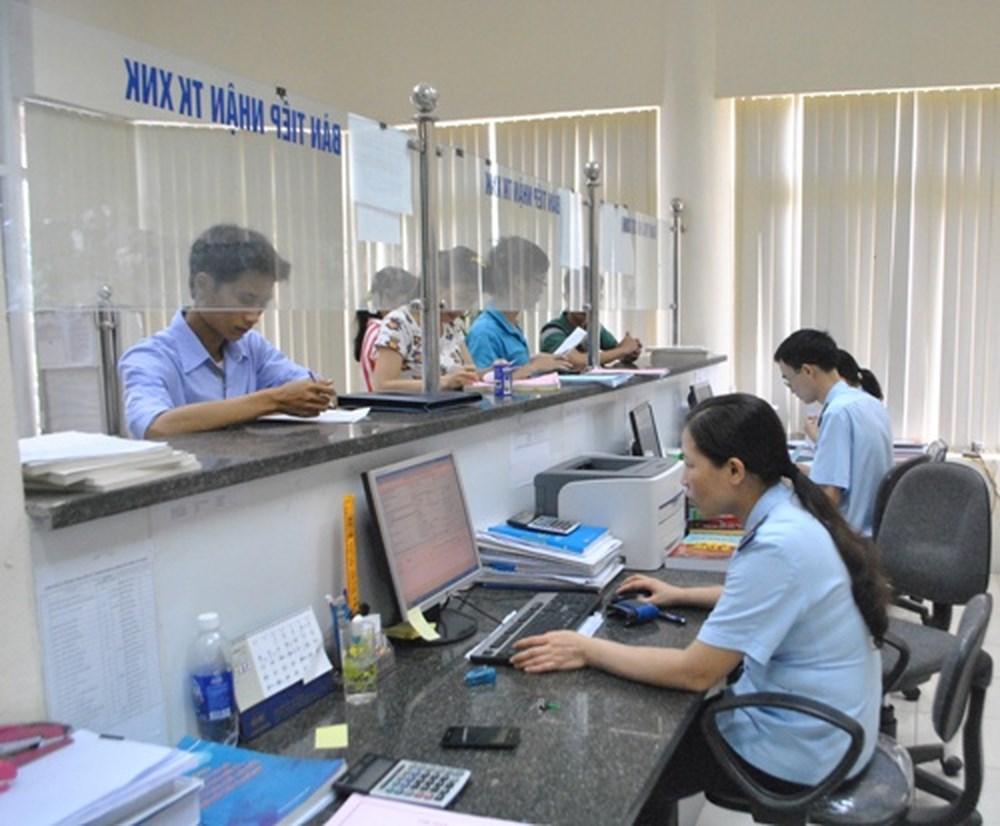 Doanh nghiệp sau khi đăng kí tờ khai hải quan chờ cơ quan hải quan xử lý.