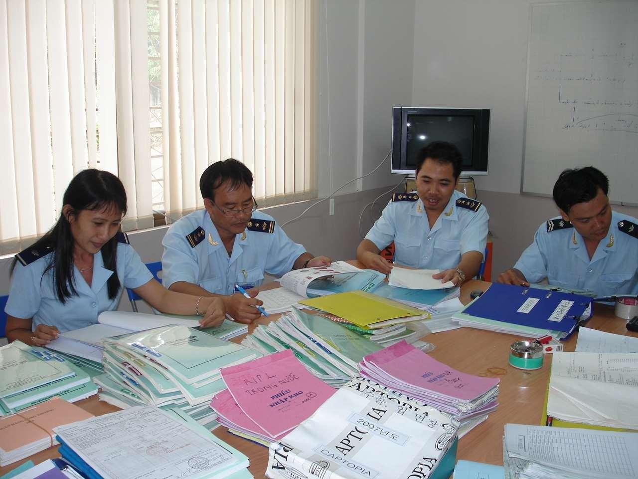 Hồ sơ hải quan cần nhiều loại giấy tờ liên quan.